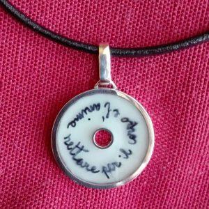 Pendente Double Face in argento, resina, latte materno e dedica scritta a mano da Claudia per la mamma del suo nipotino. Lato A