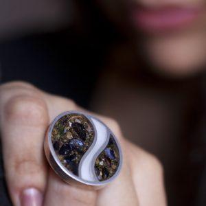 Anello in argento, resina, contenente: acqua di mare, sabbia ed altri materiali raccolti sulle spiagge del litorale di Napoli.