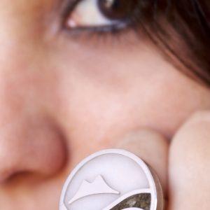 Anello in argento, resina, contenente: acqua di mare, sabbia ed altri materiali raccolti sulle spiagge del litorale di Napoli. Vesuvio in argento