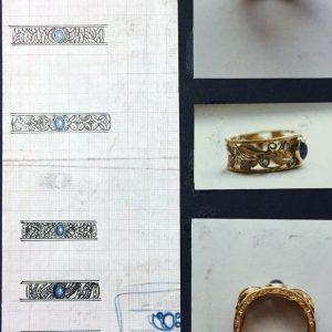 Anello in oro con brillanti e zaffiro. Ogni suo elemento è stato realizzato a mano ed assemblato, con incisioni sui laterali e sulle foglie