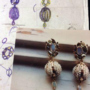 Orecchini in oro con opali, ametiste, peridoto e microperle realizzati sviluppando un'idea della cliente