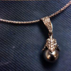 Pendente in oro bianco con brillanti e perla grigia realizzato a mano