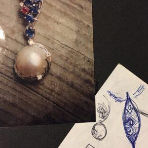 Pendente in oro bianco con brillanti, zaffiri, rubini e perla mabe realizzato a mano