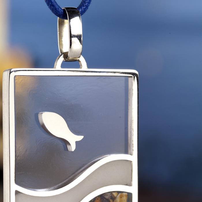 Pesciolino argento, resina, acqua di mare di Napoli - particolare