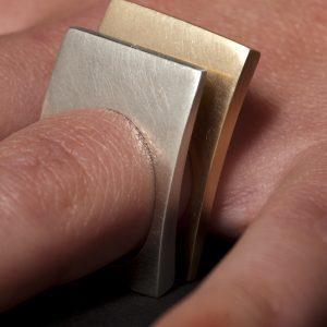 Coppia di anelli in argento e bronzo